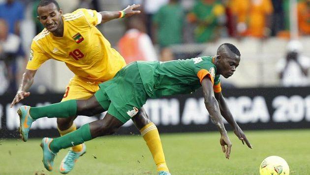 Adane Girma (vlevo) z Etiopie zastavuje Chisambu Lungua v utkání fotbalového mistrovství Afriky se Zambií.