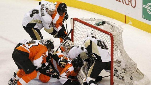 Zbyněk Michálek (zcela vlevo) v dresu Pittsburghu brání atak Philadelphie. Na MS české reprezentaci ale v obraně nepomůže.