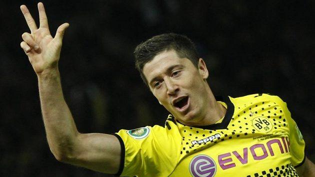 Robert Lewandowski se raduje z hattricku ve finále Německého poháru.