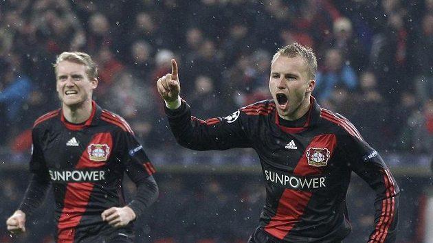 Michal Kadlec z Bayeru Leverkusen (vpravo) se raduje z branky do sítě Barcelony.