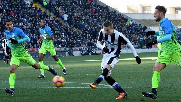 Útočník Udine Jakub Jankto (druhý zprava) střílí gól do sítě Interu Milán v utkání 19. kola italské ligy.