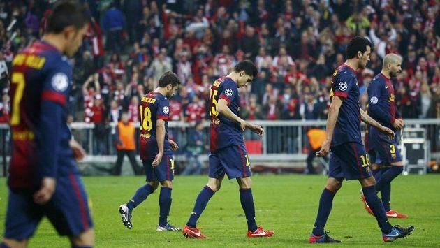 Zklamaní fotbalisté Barcelony odcházejí do kabin po výprasku od Bayernu Mnichov v semifinále Ligy mistrů.