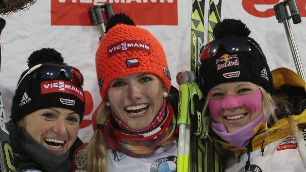 Česká biatlonistka Gabriela Soukalová (uprostřed) se raduje z triumfu v Chanty Mansijsku vedle německých reprezentantek Henkelové a Gossnerové.