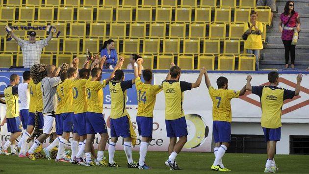 Fotbalisté Teplic slaví s fanoušky vítězství nad Slováckem.