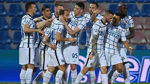 Fotbalista Interu Milán Christian Eriksen, čtvrtý zleva, slaví se spoluhráči gól v zápase italské ligy. Inter v sobotu vyhrál a v neděli slaví mistrovský titul.