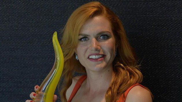 Biatlonistka Gabriela Koukalová představila skleněnou trofej pro české olympioniky, kterou sama navrhla.