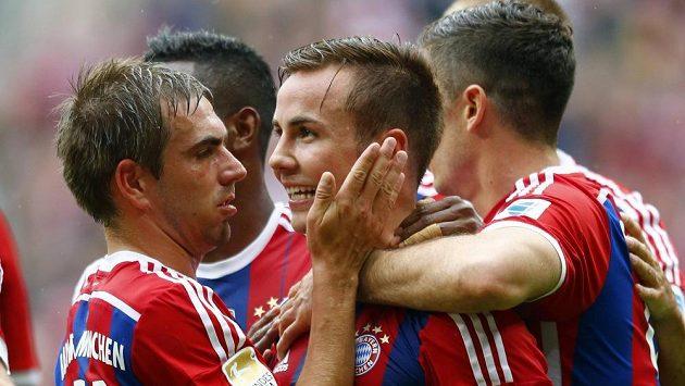 Mario Götze z Bayernu (uprostřed) oslavuje svůj gól v utkání proti Stuttgartu.