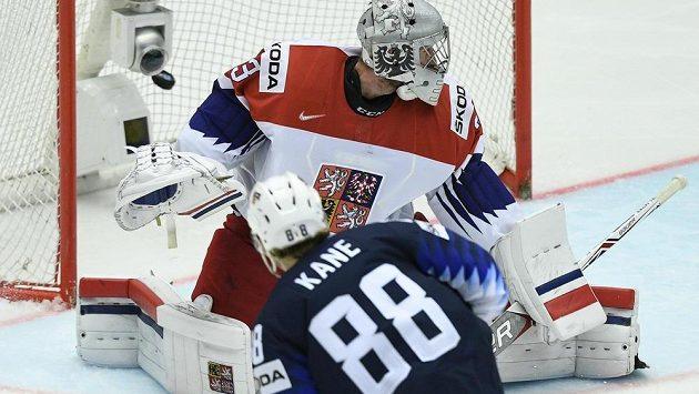 Patrick Kane střílí třetí gól USA brankáři Pavlu Francouzovi.