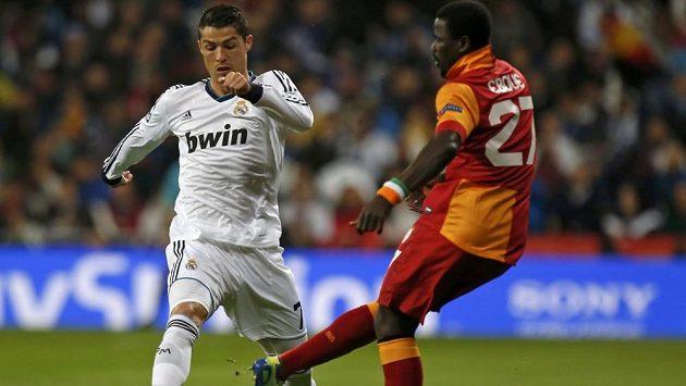 Hvězda Realu Madrid Cristiano Ronaldo v souboji s Emmanuelem Ebouém z Galatasaraye.