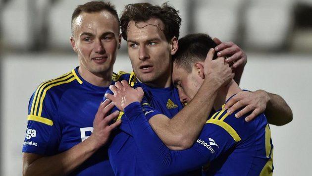 Radost jihlavských hráčů z gólu (zleva) Pavel Dvořák, Michael Rabušic a Davis Ikaunieks.