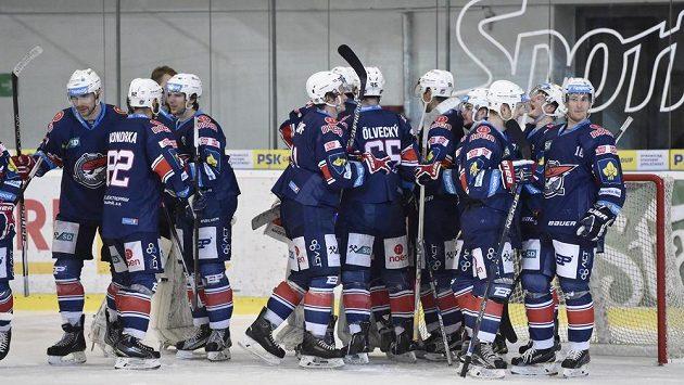 Chomutovští hokejisté slaví na ledě Brna postup do čtvrtfinále play off.