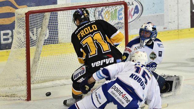 Litvínovský obránce Tomáš Frolo střílí gól do sítě Komety. Vpravo je brankář Marek Čiliak. Zády přihlíží obránce Petr Kuboš.