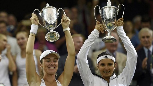 Martina Hingisová se po 17 letech dočkala triumfu ve Wimbledonu. Vpravo Sania Mirzaová.