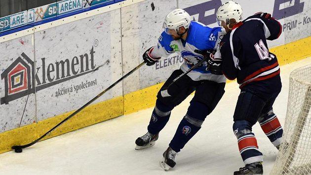 Plzeňský útočník Jakub Koreis (vlevo) v souboji s chomutovským forvardem Markem Tomicou.