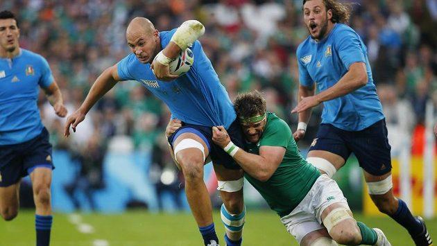 Vydrží tkanina? Irský ragbista Jamie Heaslip se snaží složit Itala Sergia Parisseho.