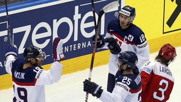 Michel Miklík se raduje se slovenskými spoluhráči z gólu, který vstřelil Dánsku.