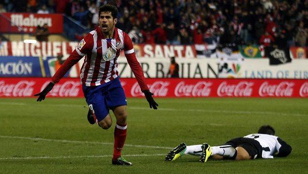 Diego Costa, střelec Atlétika Madrid, oslavuje svoji trefu v duelu s Valencií.