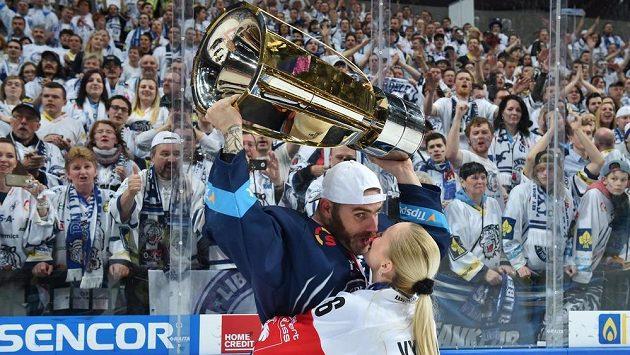 Jan Výtisk s manželkou Nikolou takhle slavil vítězství v pražské O2 areně.