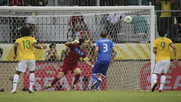 Brazilec Neymar (není na snímku) překonává parádním trestným kopem italského gólmana Buffona.