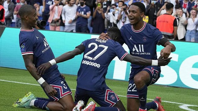 Fotbalista PSG Idrissa Gueye slaví se spoluhráči jeden z gólů v utkání francouzské ligy.