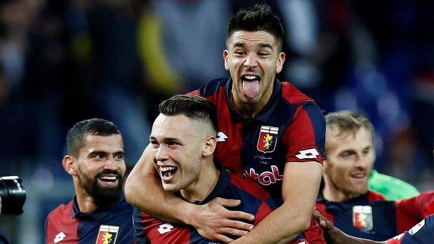 Janovští Lucas Ocampos (dole) a Giovanni Simeone se radují během zápasu s Juventusem.