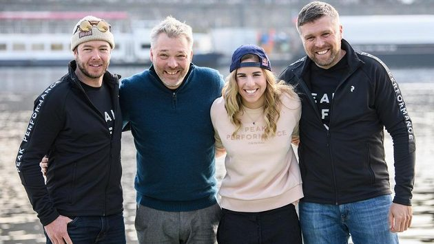 Ester Ledecká se svým týmem. Zleva snowboardový trenér Justin Reiter, lyžařský kouč Tomáš Bank a servisman Miloš Machytka.