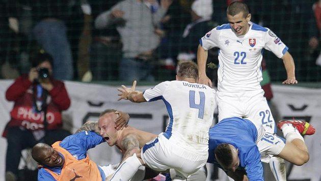 Fotbalisté Slovenska se radují ze vstřelení gólu proti Španělsku. Druhý zleva je autor druhé a zároveň vítězné branky Miroslav Stoch.