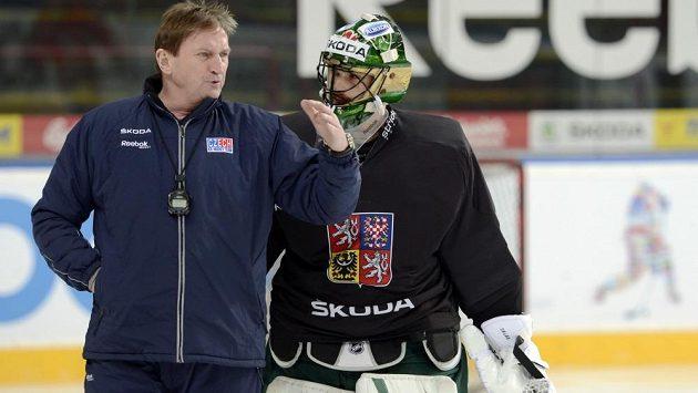 Trenér Alois Hadamczik hovoří s brankářem Alexandrem Salákem na tréninku české hokejové reprezentace.
