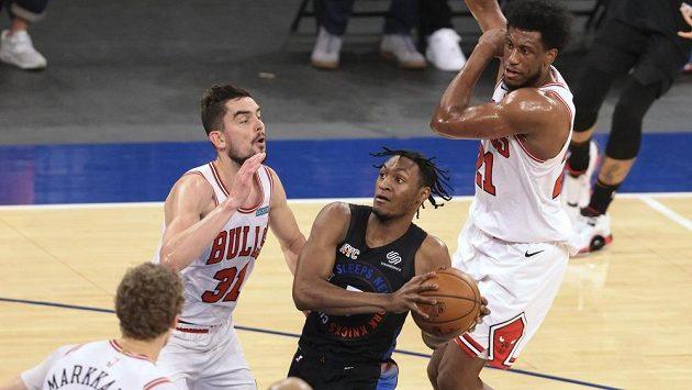 Basketbalista New Yorku Knicks Immanuel Quickley (5) se snaží prosadit v utkání NBA proti Tomáši Satoranskému v barvách Chicaga Bulls.