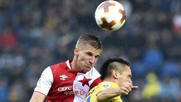 Jakub Jugas ze Slavie a Lukáš Železník ze Zlína v utkání první fotbalové ligy.