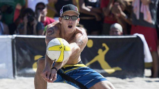 Plážový volejbalista USA Tri Bourne (na snímku) nahradí na olympiádě Taylor Crabb.