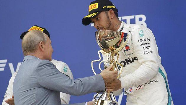 Lewis Hamilton přebírá trofej určenou pro vítěze GP Soči.