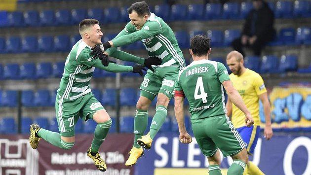 Fotbalisté Bohemians se radují z gólu, zleva Antonín Vaníček, Martin Dostál a Josef Jindřišek.