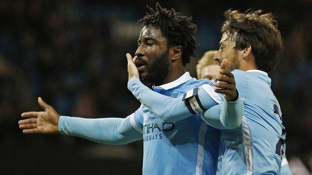 Wilfried Bony (vlevo) oslavuje se spoluhráči z Manchesteru City svoji trefu proti Hullu.
