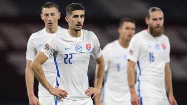Zklamaní slovenští fotbalisté po prohře ve Skotsku.