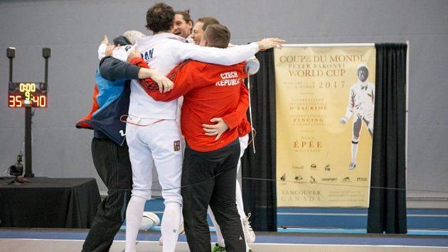 Čeští kordisté se radují z vítězství v týmové soutěži v kanadském Vancouveru.