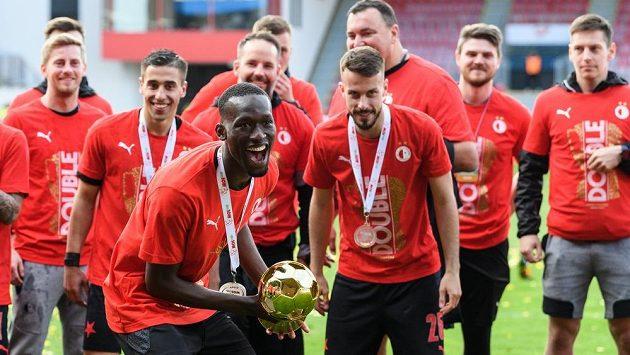 Abdallah Sima ze Slavie s trofejí za vítězství v MOL Cupu. Obhajobu už sešívaní začnou bez něj...