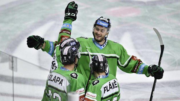 Hokejisté Mladé Boleslavi se radují z gólu. Čelem je Radim Zohorna.