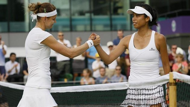 Lucie Šafářová (vlevo) přijímá gratulace od poražené Hsieh Su-wej z Tchaj-wanu.