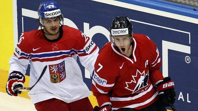 Kyle Turris (vpravo) obrátil na 2:1 pro Kanadu, na snímku s ním Martin Zaťovic.