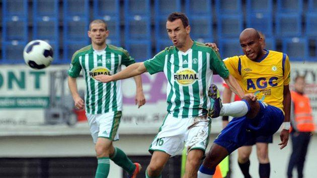 Teplický obránce Nivaldo (vpravo) a záložník Bohemians Jan Moravec v utkání 11. kola Synot ligy.