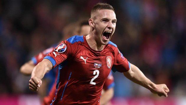 Český obránce Pavel Kadeřábek oslavuje gól proti Islandu v utkání kvalifikace ME 2016.