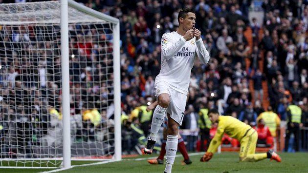 Cristiano Ronaldo z Realu Madrid slaví svůj první gól v ligovém duelu se San Sebastianem.