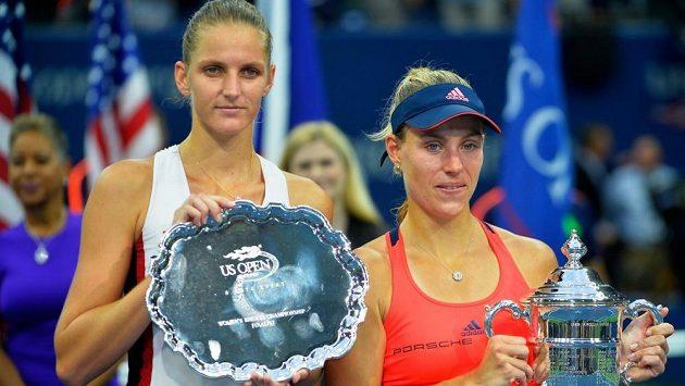 Poražená finalistka US Open Karolína Plíšková (vlevo) a vítězka Angelique Kerberová.