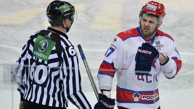 Alexandr Radulov, lídr moskevského CSKA, diskutuje s rozhodčím.