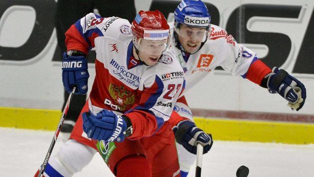 Český zadák Tomáš Mojžíš (vpravo) zkouší přibrzdit rozjetého ruského forvarda Denise Kokareva.