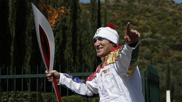 Alexandr Ovečkin s olympijskou pochodní.
