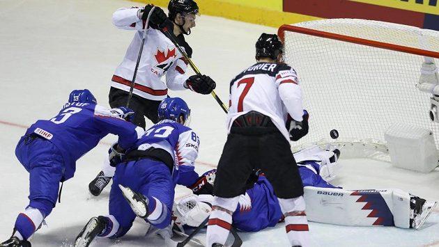 Anthony Cirelli (druhý zleva) střílí gól Kanady v utkání proti Slovensku.