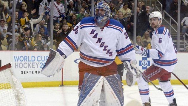 Rozčilený brankář New Yorku Rangers Henrik Lundqvist v průběhu zápasu s Pittsburghem.