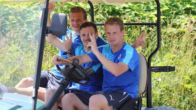 Fotbalisté Viktorie Plzeň (zleva) Jan Kopic, Ondřej Vaněk a David Limberský v golfovém vozítku během soustředění.